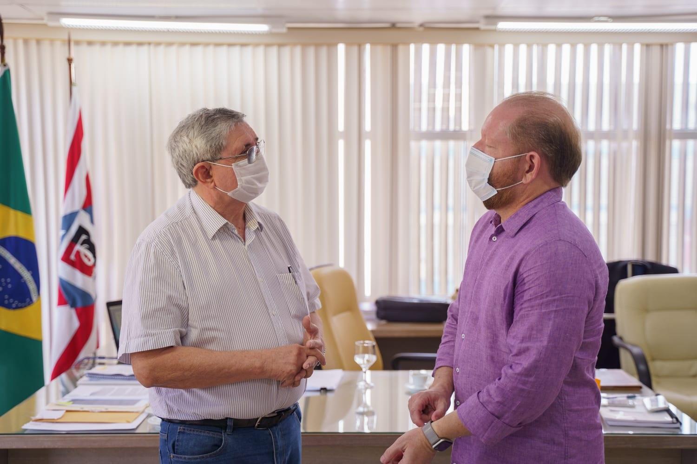 Othelino e o presidente do TCE, Washington Oliveira, durante visita feita pelo parlamentar aos membros da Corte de Contas