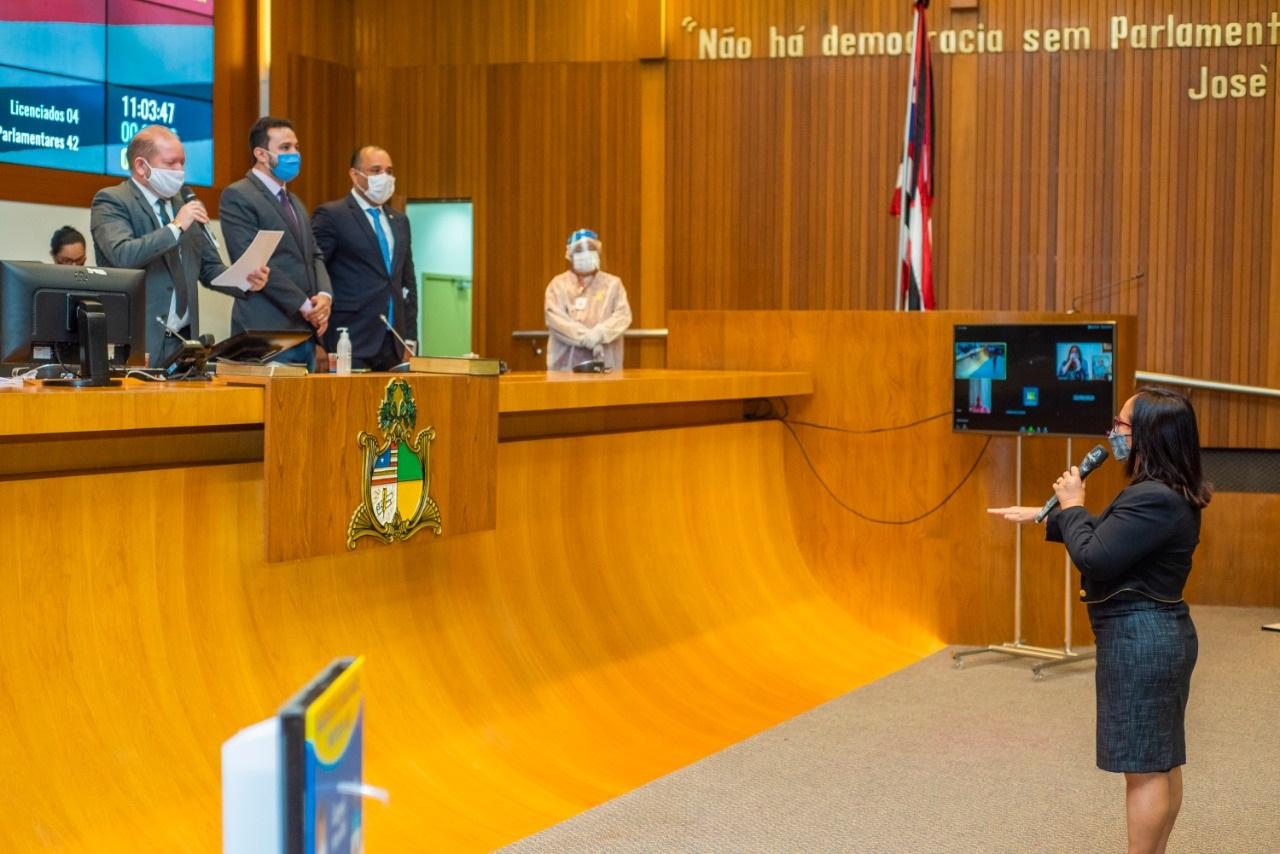 Belezinha faz o juramento no ato de posse, sob o comando do presidente da Assembleia Legislativa, Othelino Neto
