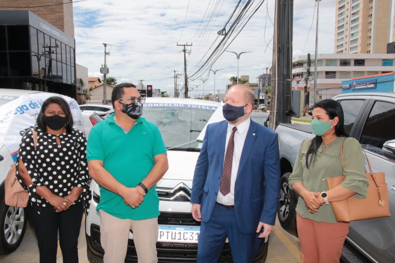 Othelino Neto com o prefeito de Jenipapo dos Vieiras, Moisés Ventura, e sua comitiva, na entrega dos kitis