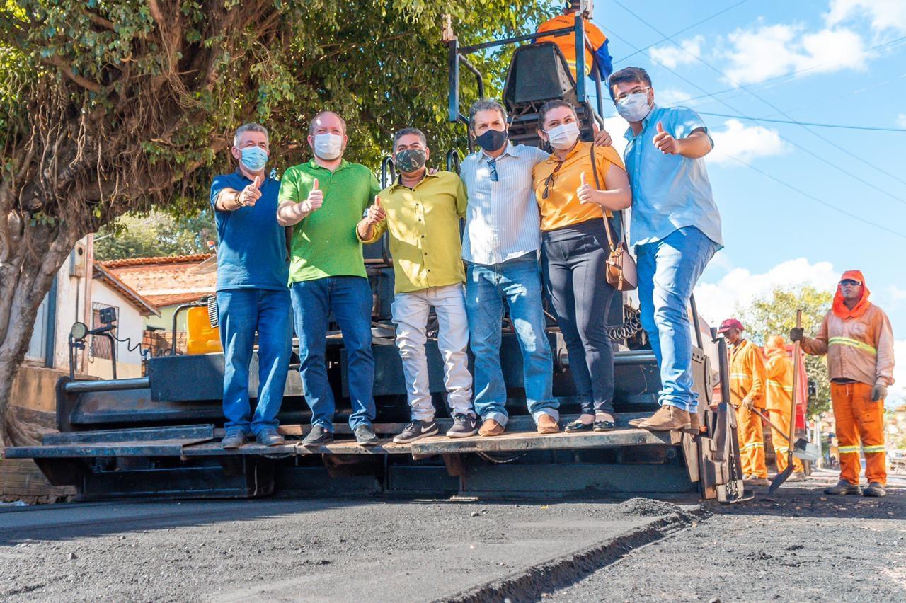 Othelino acompanha serviços de pavimentação realizados na Rua Santa Terezinha, mais uma via contemplada pelo