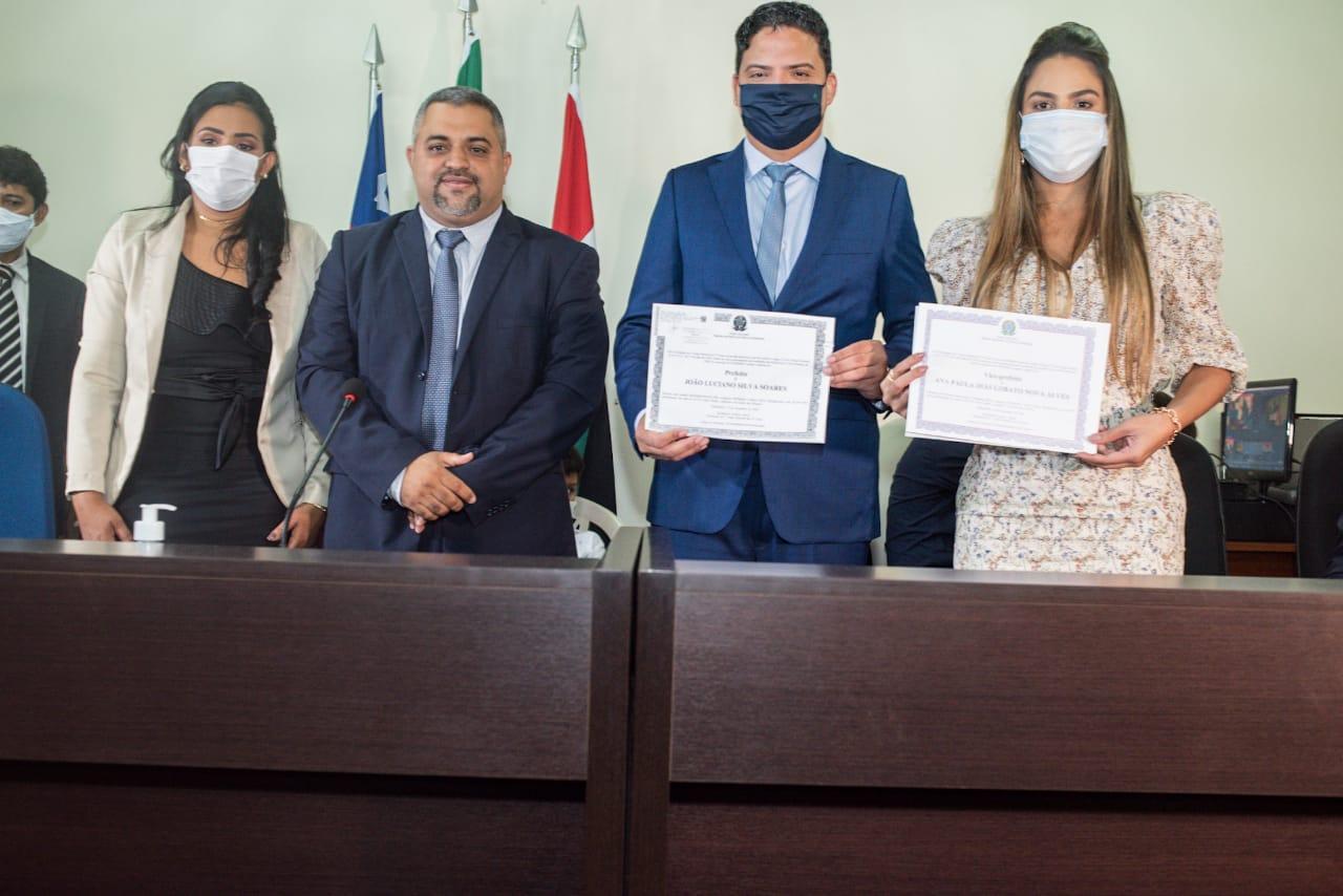 Luciano Genésio e Ana Paula mostram seus certificados de posse