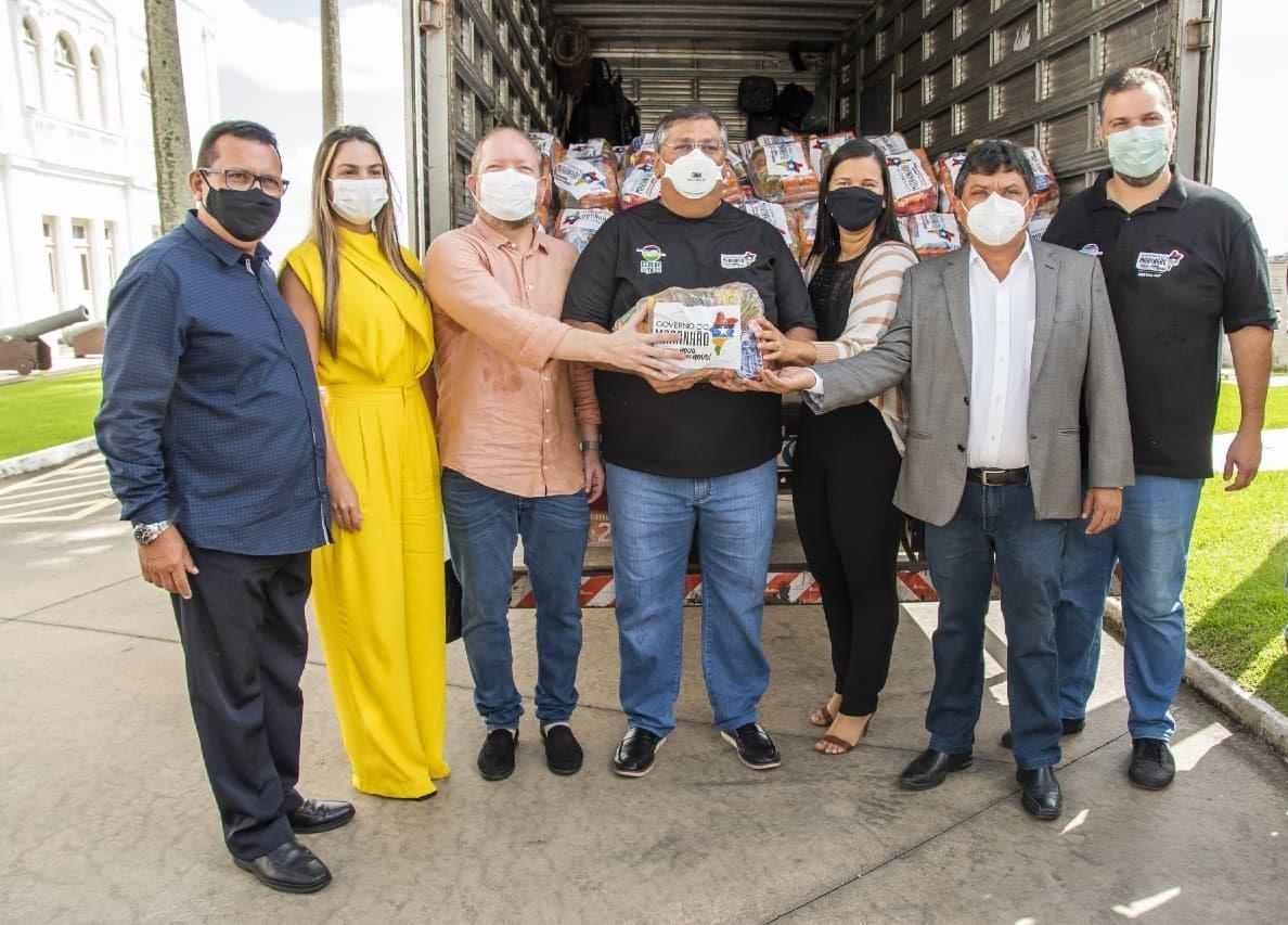 Ato de entrega das cestas básicas à prefeita de Presidente Sarney, Valéria Castro