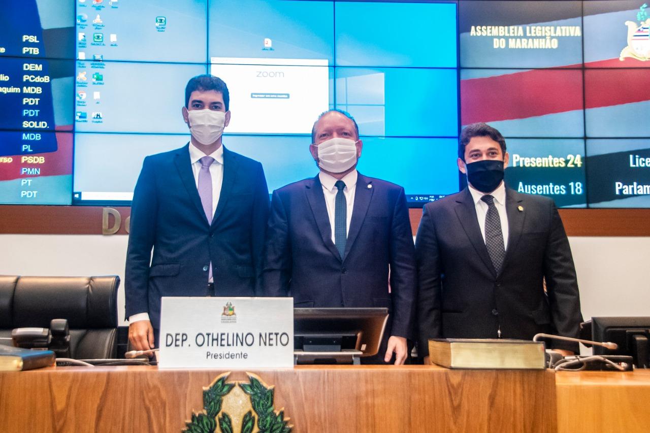 Othelino Neto entre o prefeito de São Luís, Eduardo Braide, e o presidente da Câmara de Vereadores, Osmar Filho