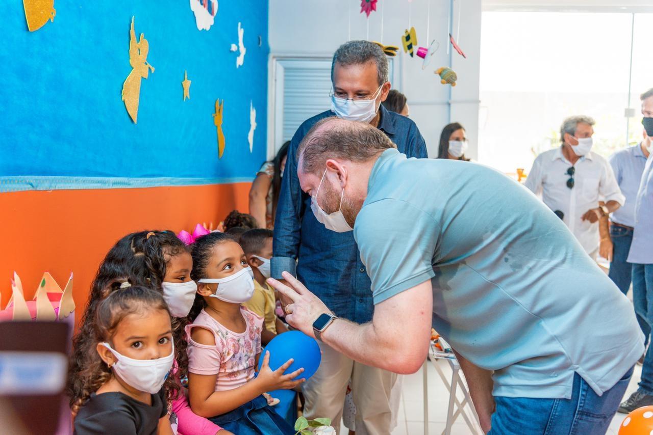 Othelino conversa com crianças alunas da nova Creche Municipal Badica Pavão, em Santa Helena