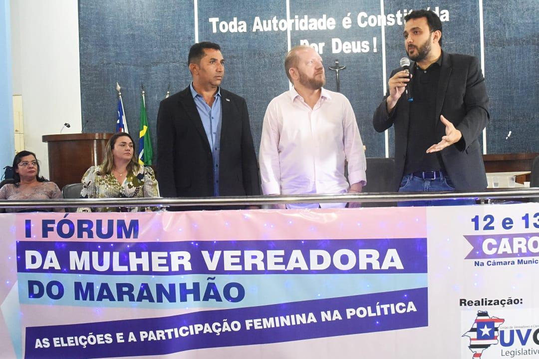 O deputado Dr. Yglésio se pronuncia, observado pelo presidente Othelino Neto e pelo presidente da UVCM, Asaf Sobrinho