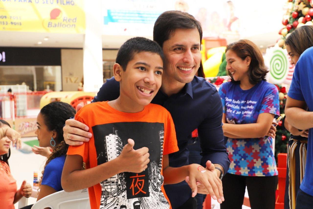 Deputado Duarte Júnior com uma das crianças que participaram do Natal especial no Golden Shopping