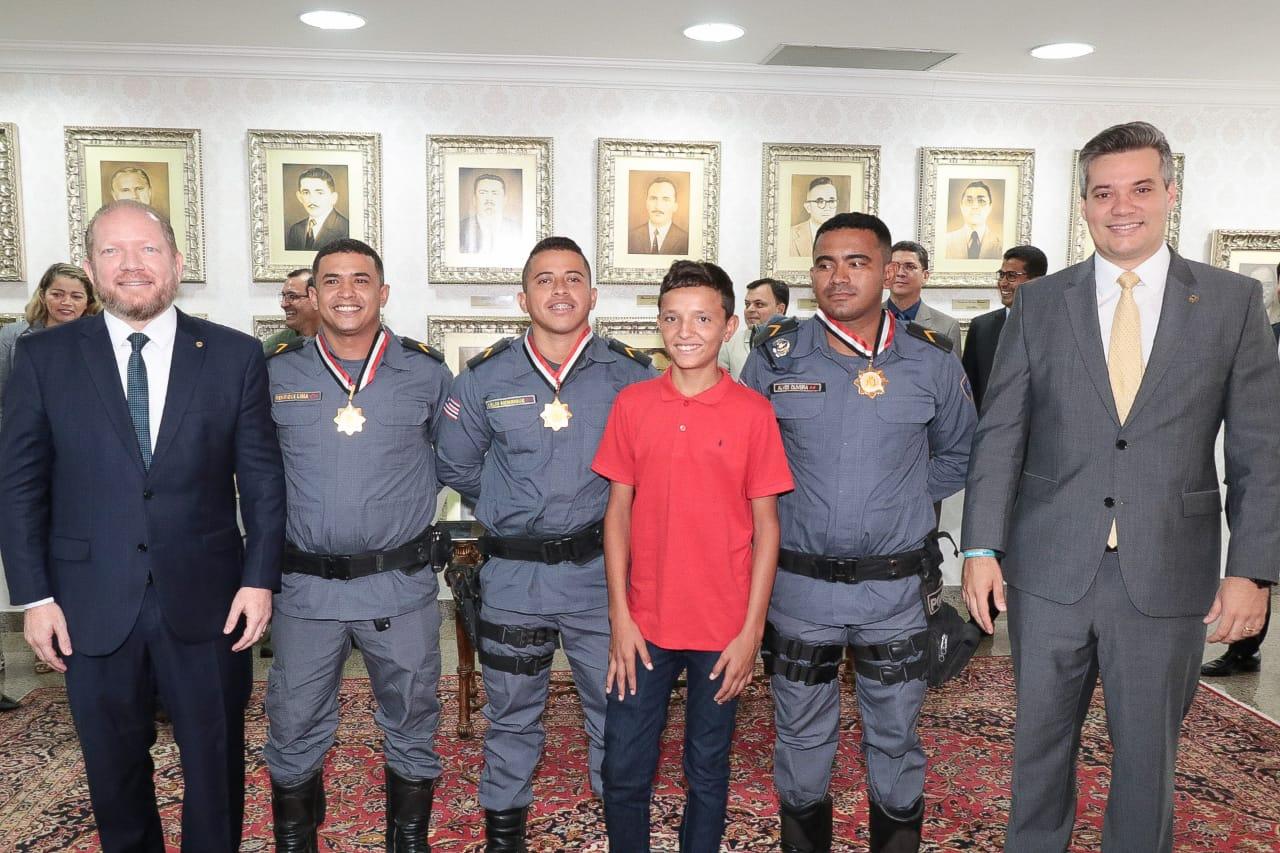 """Assembleia Legislativa homenageia PMs que ampararam menino humilhado por vender """"geladinho"""""""