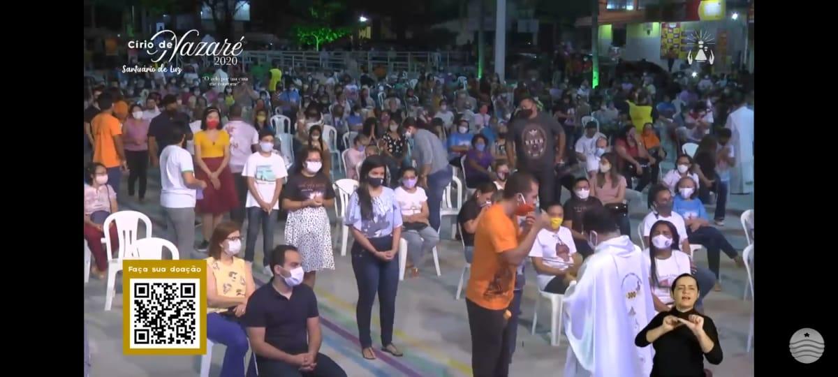Devotos participam da Comunhão na missa celebrada no primeiro dia do Círio de Nazaré, cuja programação está sendo transmitida pela TV Assembleia