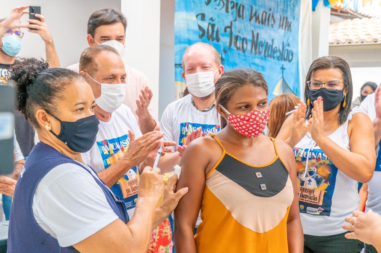 Othelino, o prefeito Raimundo Silveira e o secretário Rubens Júnior acompanham imunização de moradora de Parnarama no