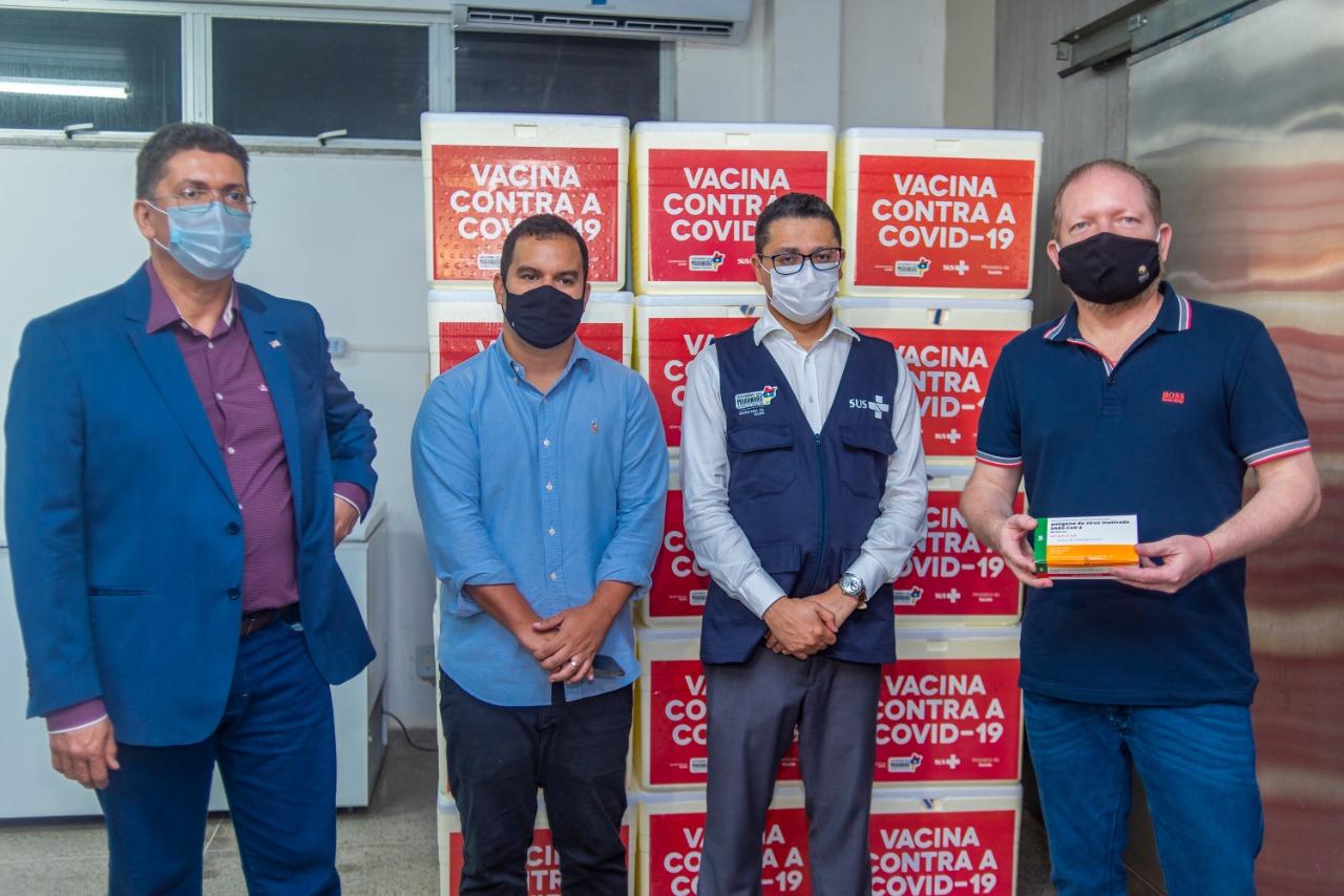 Othelino Neto e secretários durante a chegada do primeiro lote da vacina CoronaVac ao Maranhão