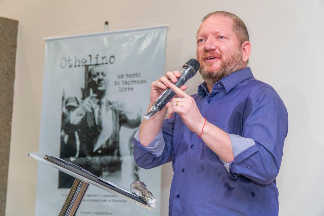 Em discurso emocionado, Othelino Neto destacou a importância do livro para sua família e a imprensa maranhense