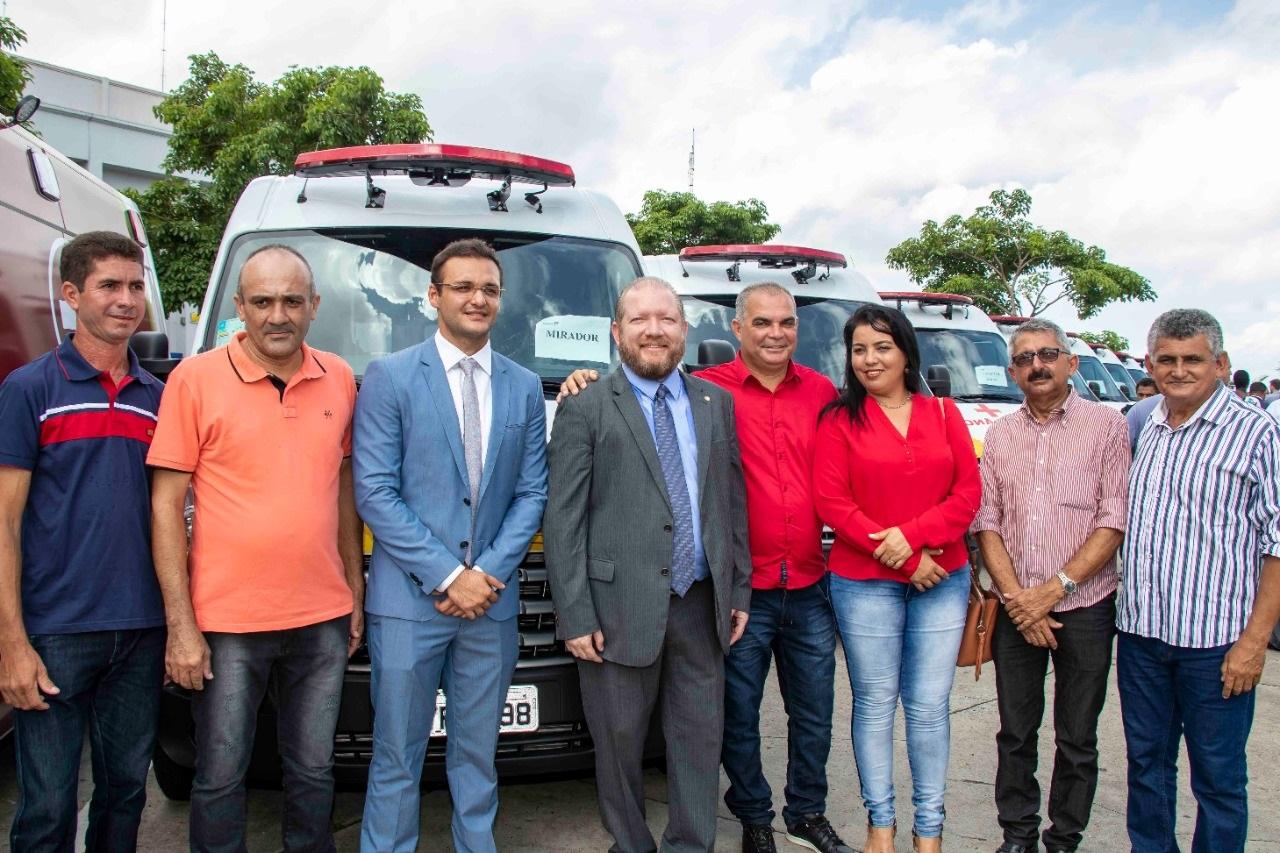 Othelino Neto e o deputado Felipe dos Pneus com lideranças políticas de municípios maranhenses, na entrega dos veículos