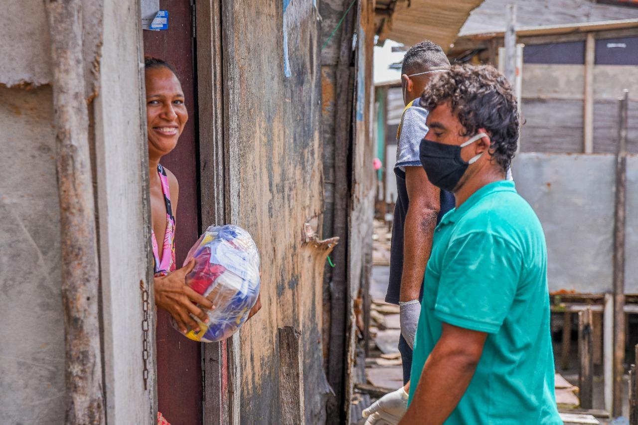 Dona de casa recebe alimentos doados pela Assembleia, viabilizados por meio de Projeto de Resolução Legislativa