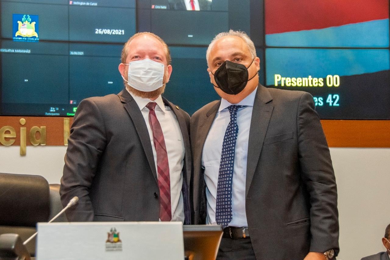 Othelino e Marcelo Tavares durante a sessão na qual foi aprovada a indicação do parlamentar como conselheiro do TCE