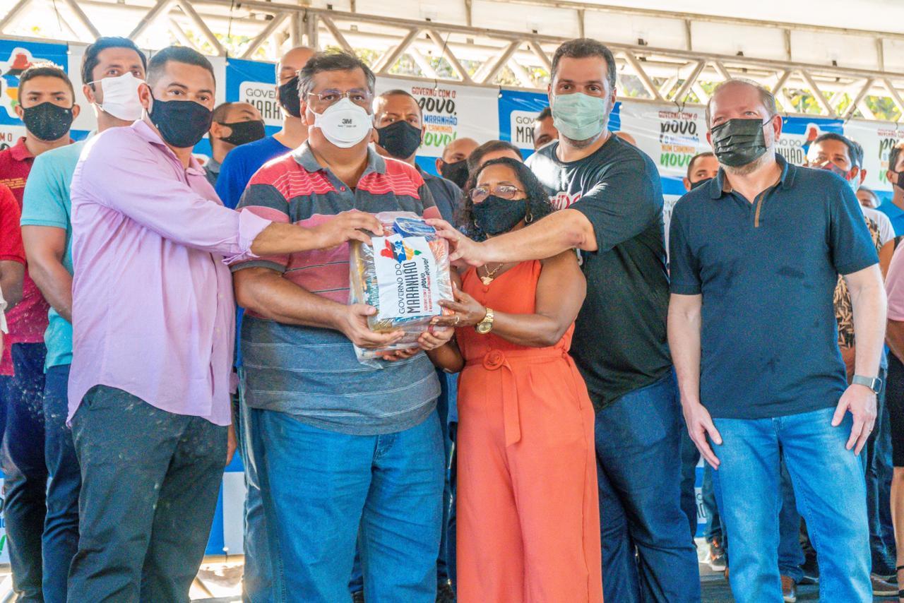 Othelino Neto também participou da entrega de cestas básicas, bem como de kits esportivos, cisternas escolares e de fardamentos a estudantes