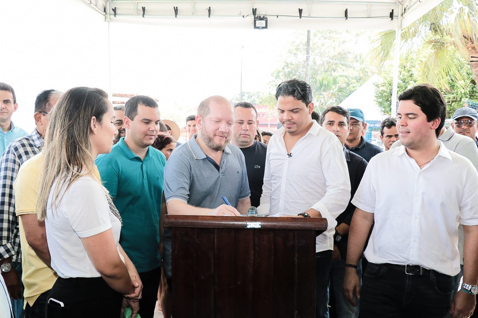 Othelino Neto participa da assinatura da ordem de serviço para revitalização da Praça do Centenário, observado por Luciano Genésio, Thaiza Hortegal, Diego Galdino e André Fufuca