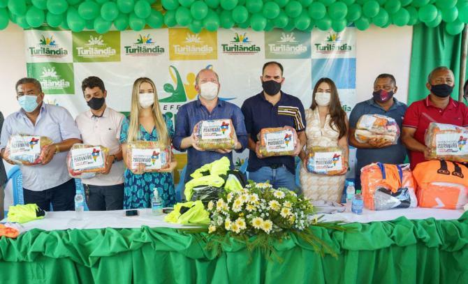 Emenda parlamentar - Othelino Neto entrega cestas básicas e kits esportivos em Turilândia