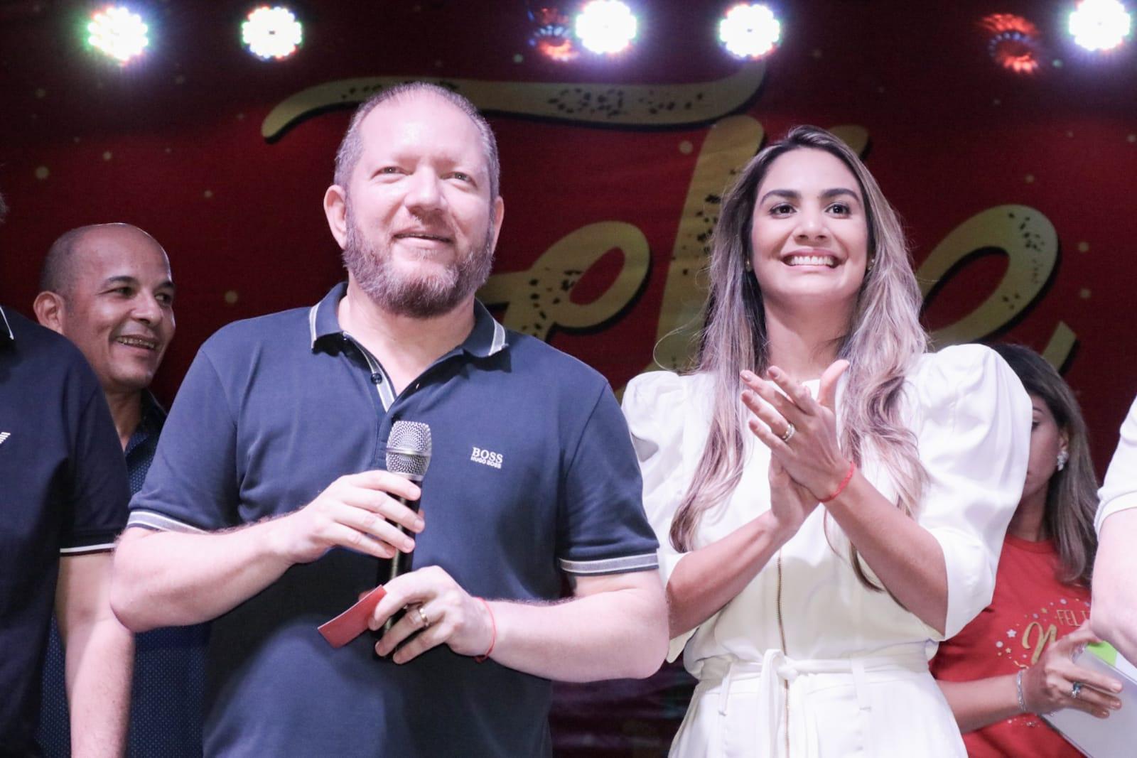 No palco, o presidente da Assembleia, deputado Othelino Neto, e a presidente do Gedema, Ana Paula Lobato, desejaram um feliz Natal aos deputados e servidores