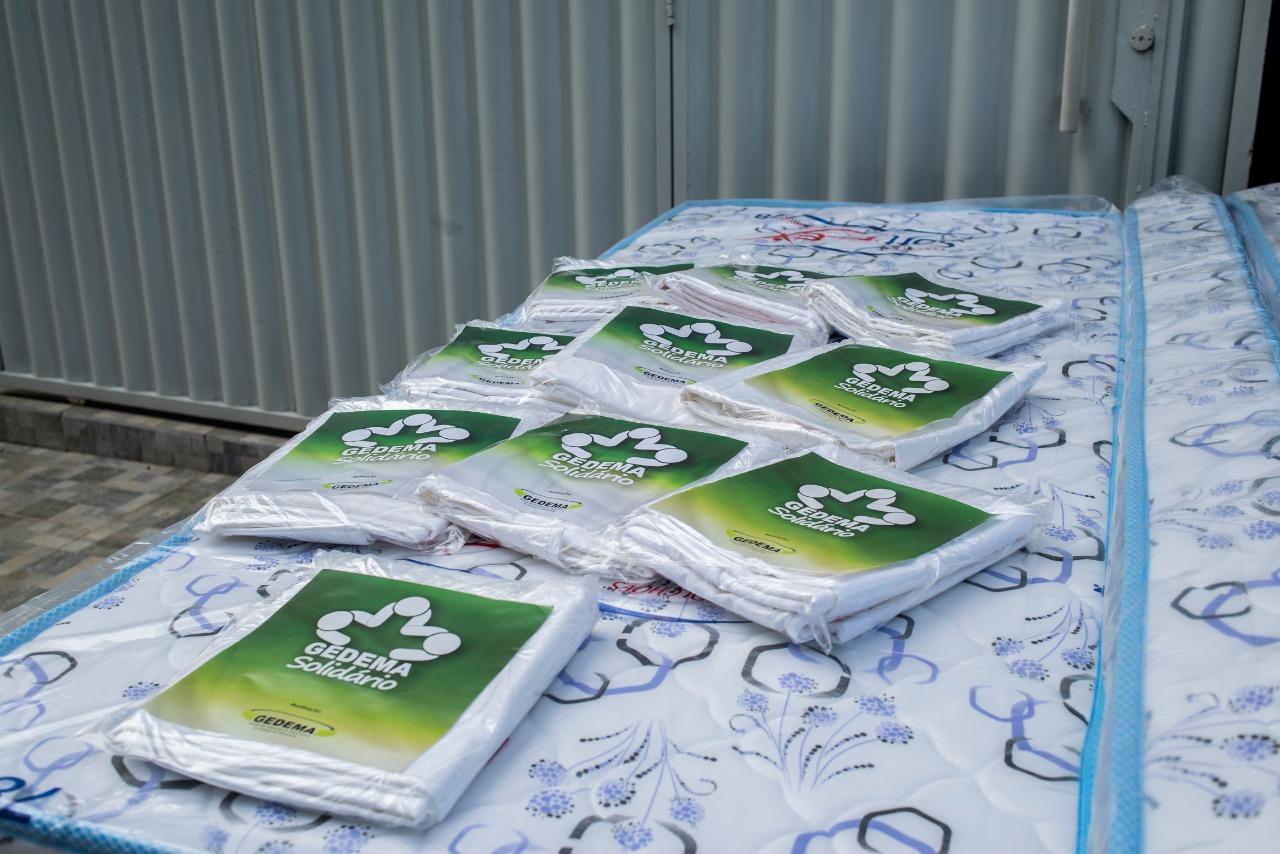 Lençóis também foram doados às famílias durante a ação solidária do Gedema em Grajaú