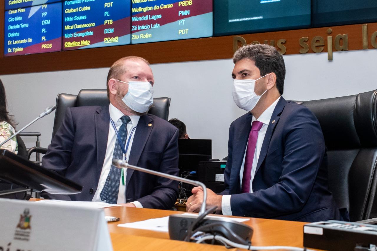 Othelino Neto e Eduardo Braide conversam durante visita do prefeito eleito de São Luís à Assembleia Legislativa