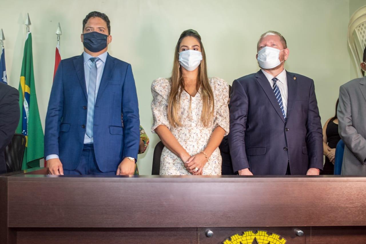 Othelino Neto ao lado do prefeito reeleito de Pinheiro, Luciano Genésio, e da vice, Ana Paula Lobato