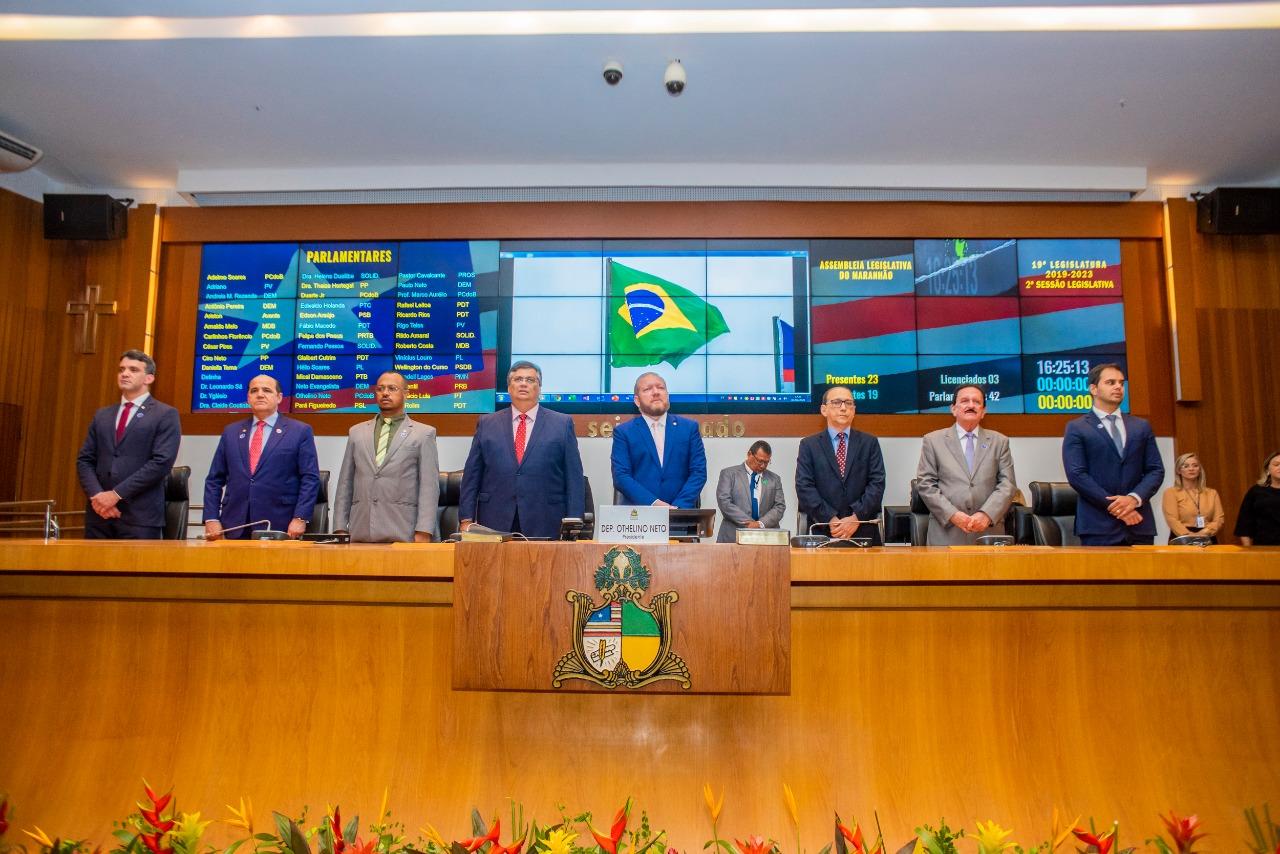 Flávio Dino ao lado de Othelino Neto e demais membros da Mesa Diretora, na sessão de abertura dos trabalhos legislativos