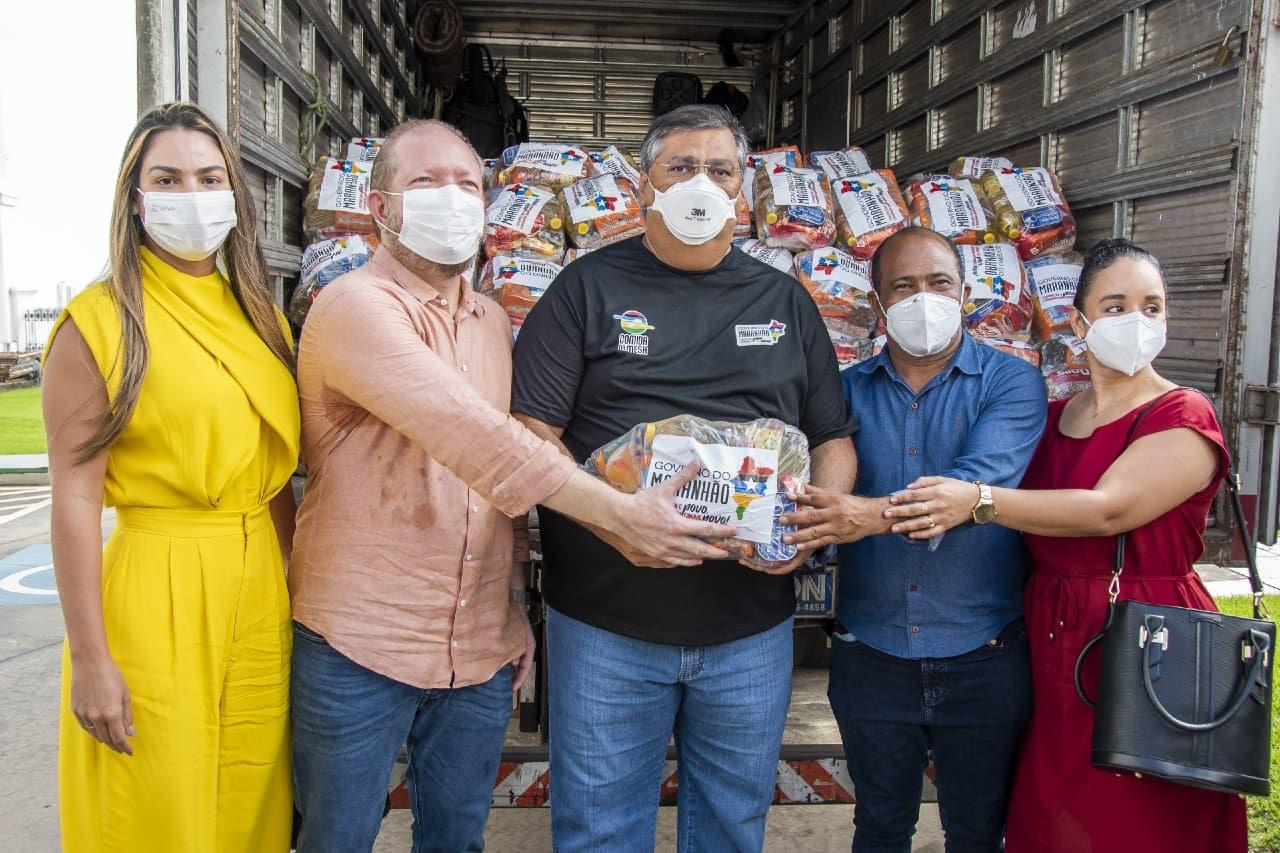 O prefeito Heliézer do Povo recebe as cestas de alimentos destinadas ao município de Peri-Mirim