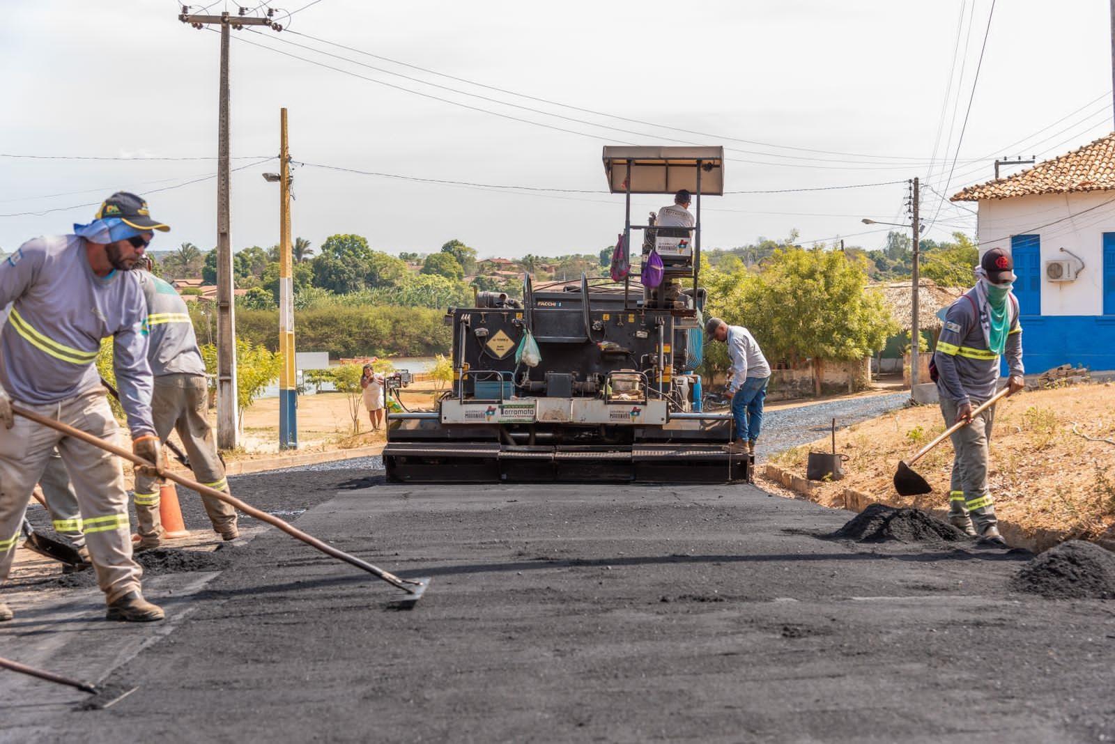 Os serviços de pavimentação contemplam diversas ruas do Centro da cidade