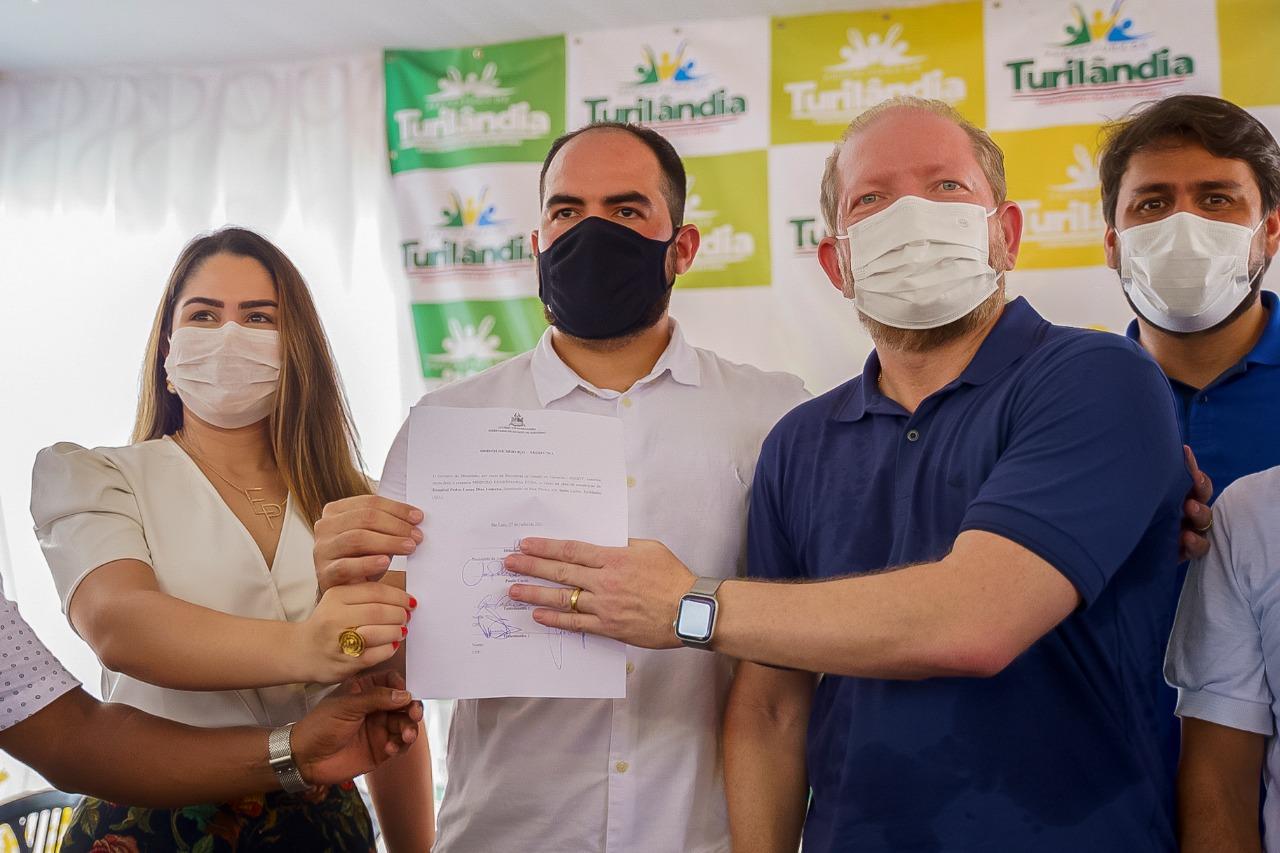 Othelino, o prefeito Paulo Curió e a primeira-dama, Eva Dantas, mostram a ordem de serviço assinada
