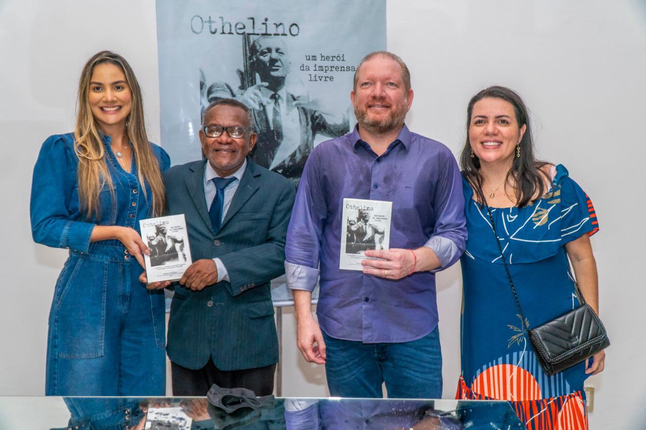 Othelino Neto  e a esposa, Ana Paula Lobato, exibem a capa do livro, ao lado do autor, Manoel Santos, e de Flávia Alves Maciel