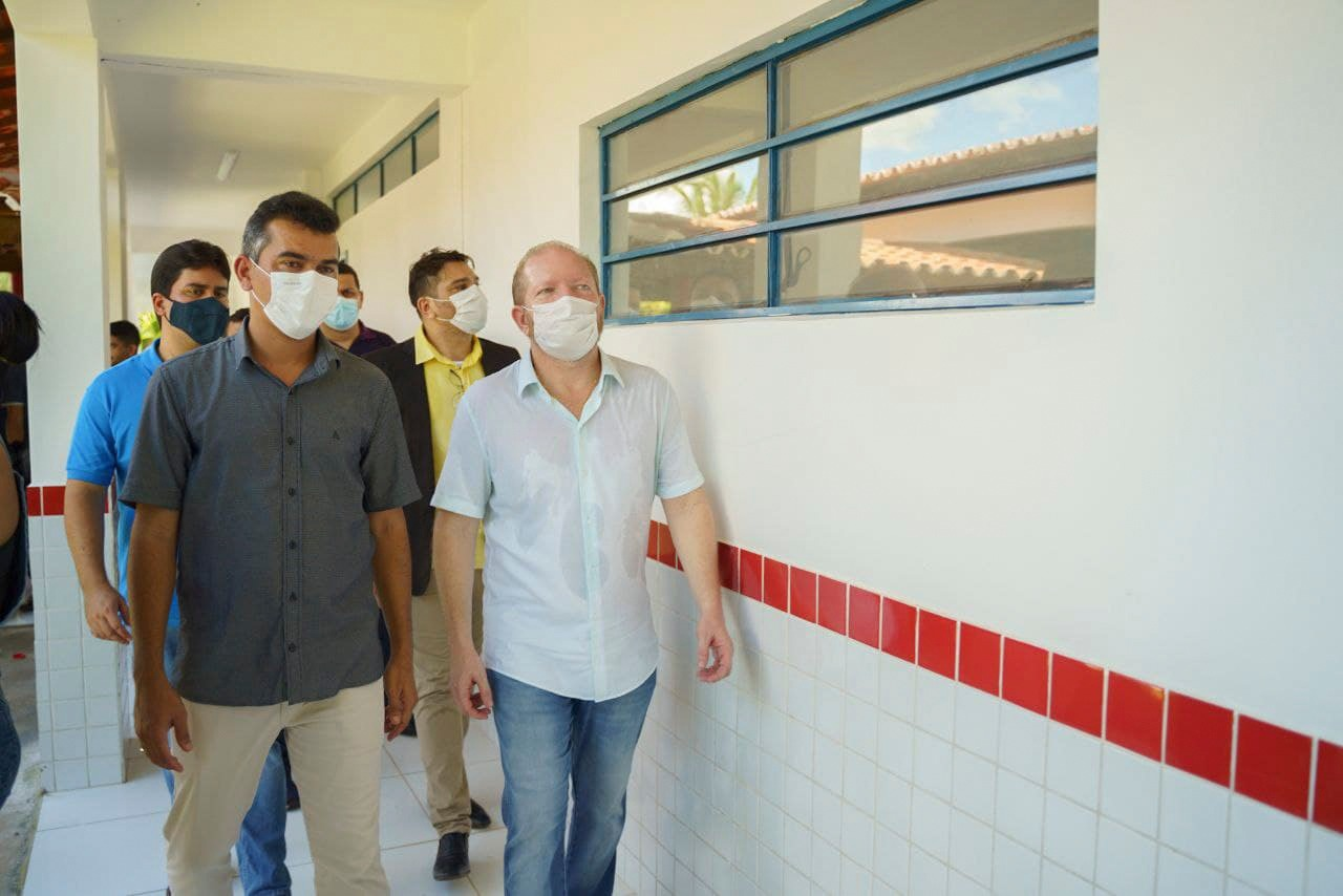 Presidente da Assembleia percorre as instalações da escola com o prefeito Glauber Azevedo