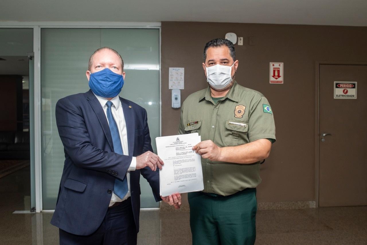 Othelino Neto e o titular da SEAP, Murilo Andrade, com o texto da proposição que institui a Polícia Penal no estado