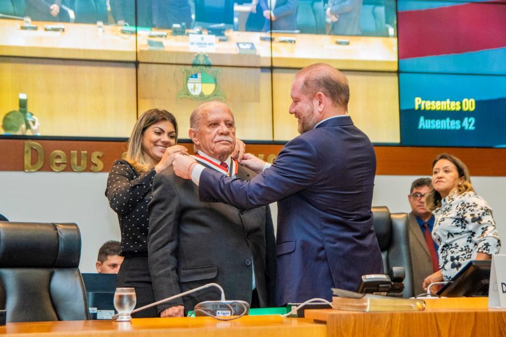 Celso Coutinho é condecorado pela Assembleia em reconhecimento ao trabalho prestado em favor do MA