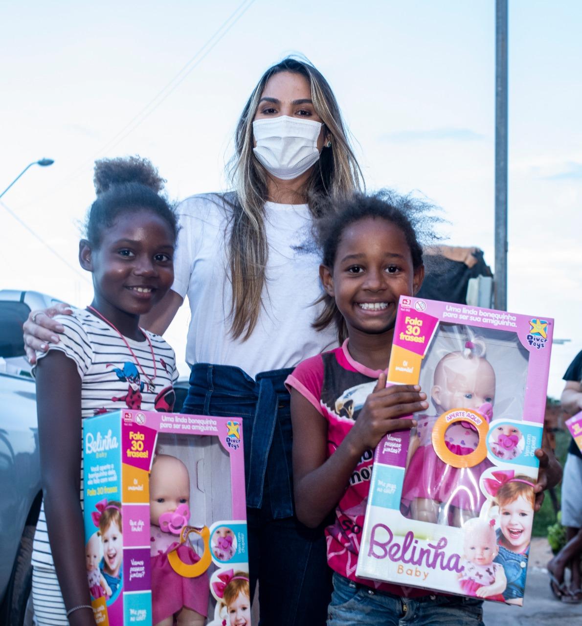 Crianças exibem brinquedos que receberam das mãos da presidente do Gedema