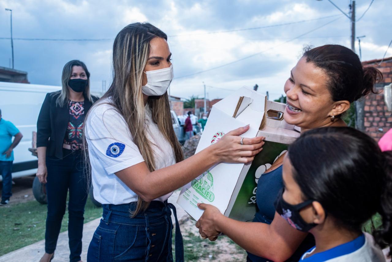 Presidente do Gedema entrega cesta básica a família da Vila Riod