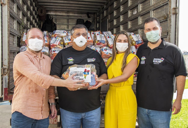 Vice-prefeita de Pinheiro, Ana Paula Lobato, recebe as cestas básicas destinadas ao município das mãos de Flávio Dino, Othelino e Rodrigo Lago