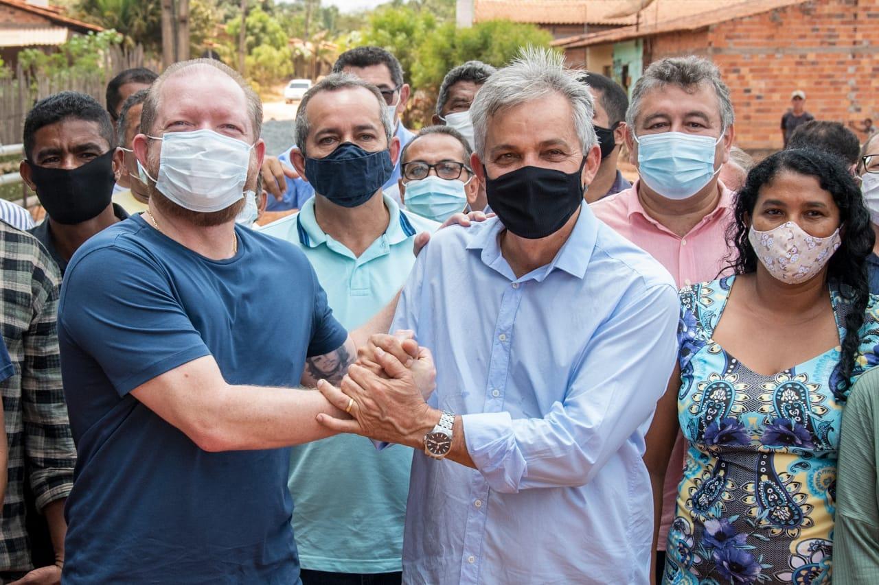 Othelino Neto recebe os agradecimentos do prefeito Antônio Borba por viabilizar melhorias para o município de Timbiras