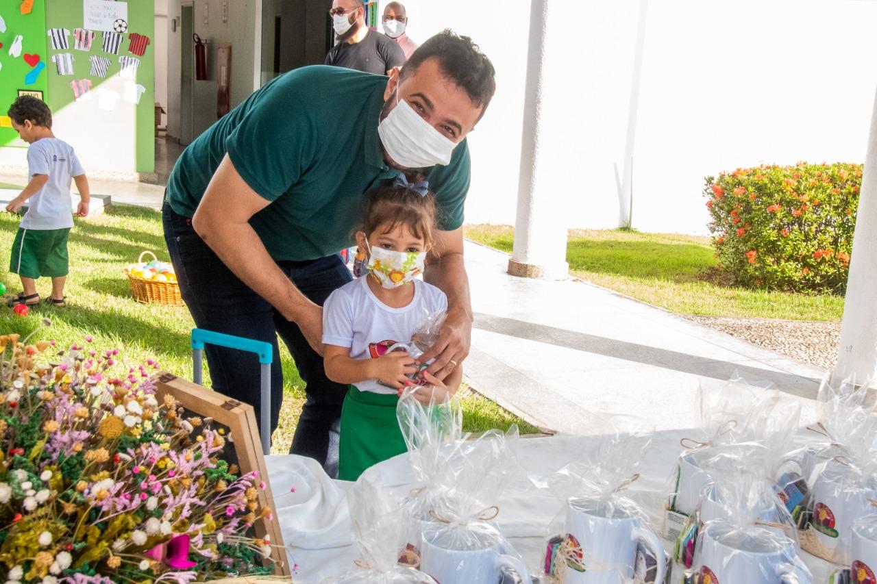 Deputado Yglésio Moises, que participou do circuito, recebe caneca personalizada da filha, Maria Cecília