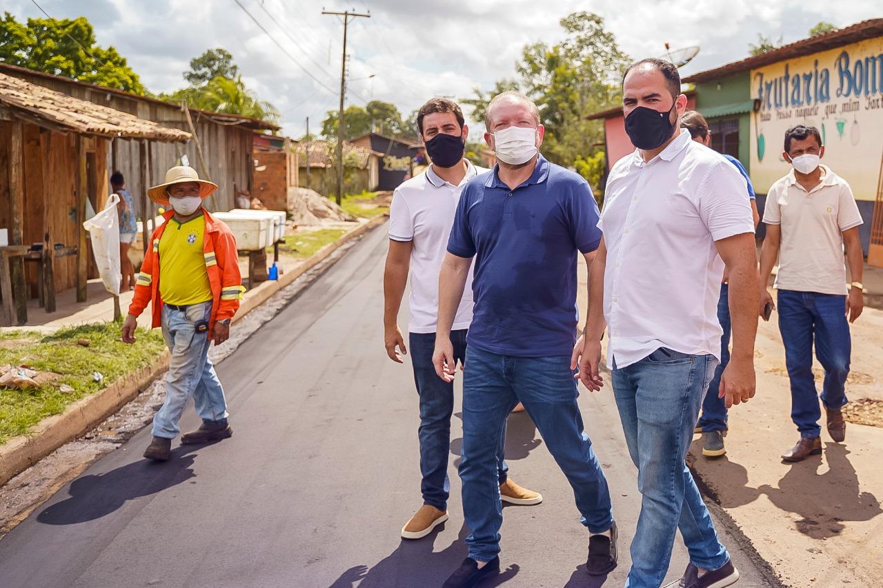 Othelino Neto e Paulo Curió percorrem rua do bairro Santo Antônio, contemplado na primeira etapa do Programa Mais Asfalto