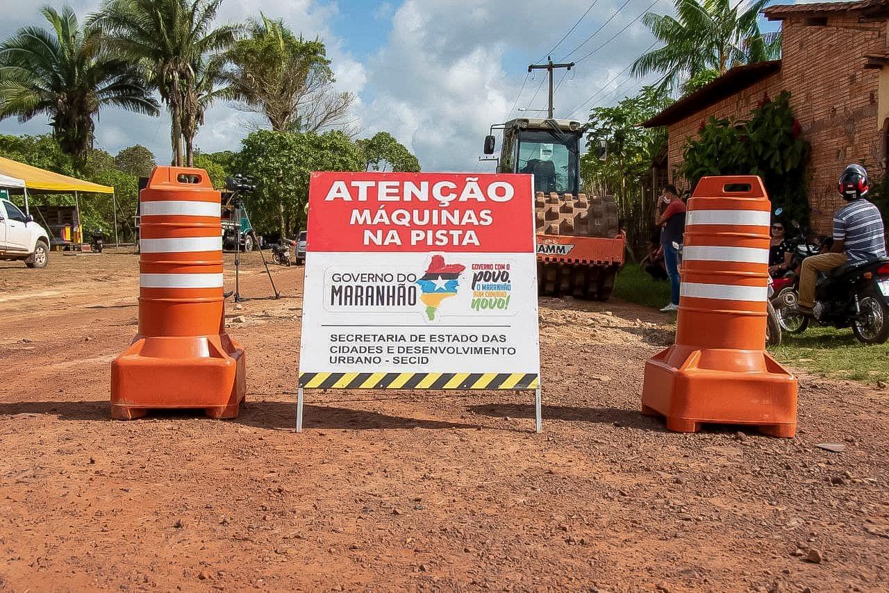 Placa indica obras de pavimentação em rua de Pedro do Rosário