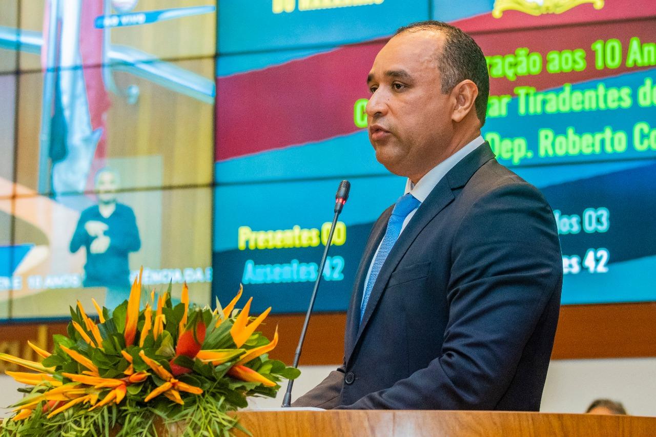 Roberto Costa, propositor da homenagem, ressaltou que a Escola Militar Tiradentes realiza o sonho de milhares de jovens, que obtêm êxito em faculdades públicas e privadas
