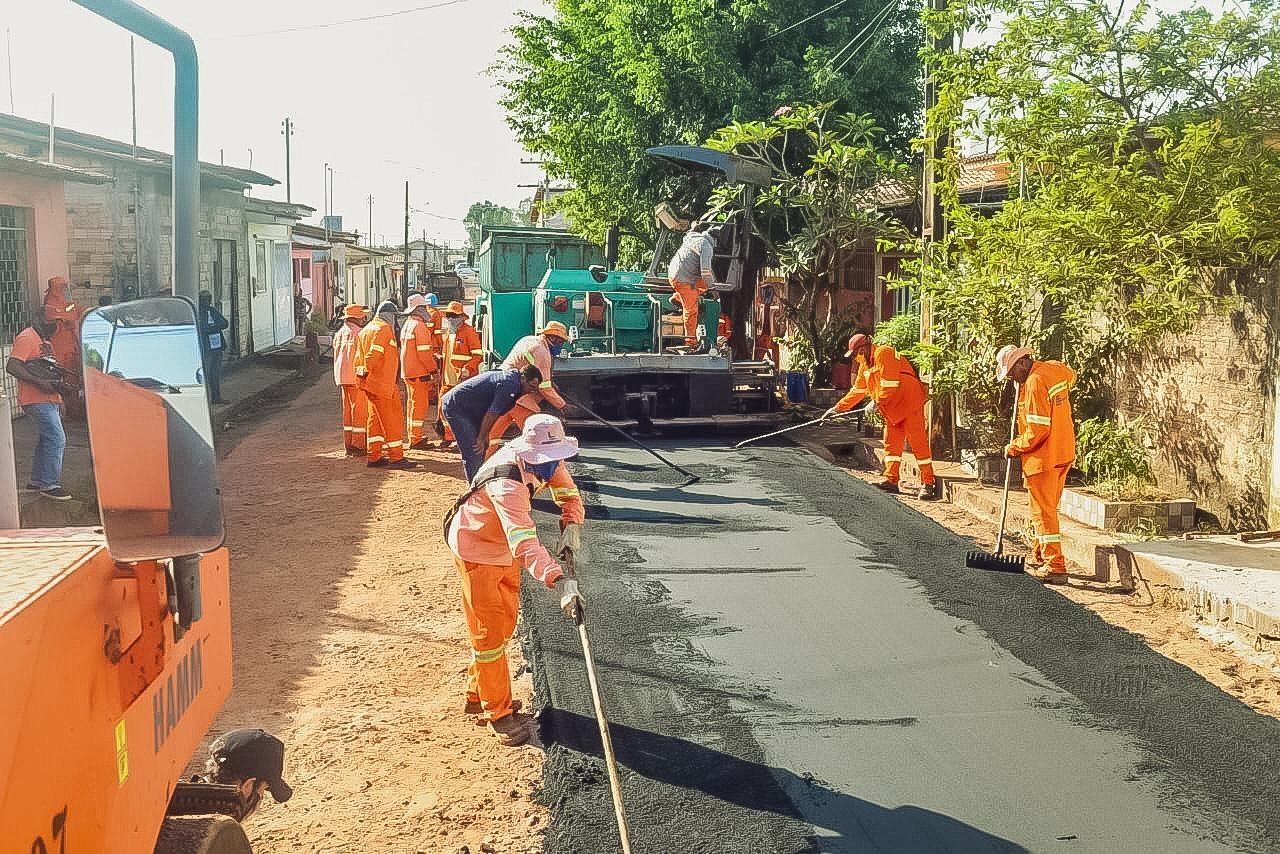 Os serviços de asfaltamento em Pinheiro iniciaram pela Rua Araújo Castro, uma das principais vias do bairro Alcântara