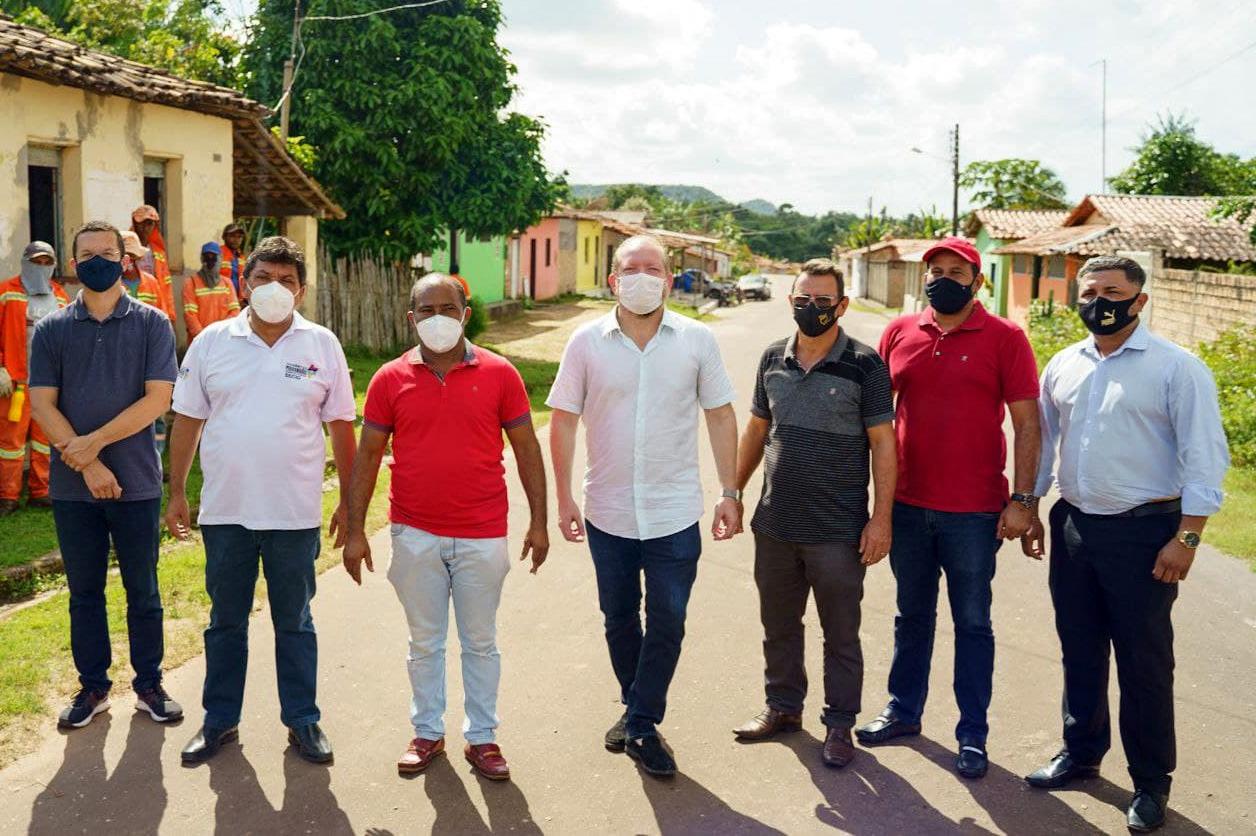 Othelino, Márcio Jerry, Heliézer do Povo e autoridades locais percorrem via pavimentada pelo