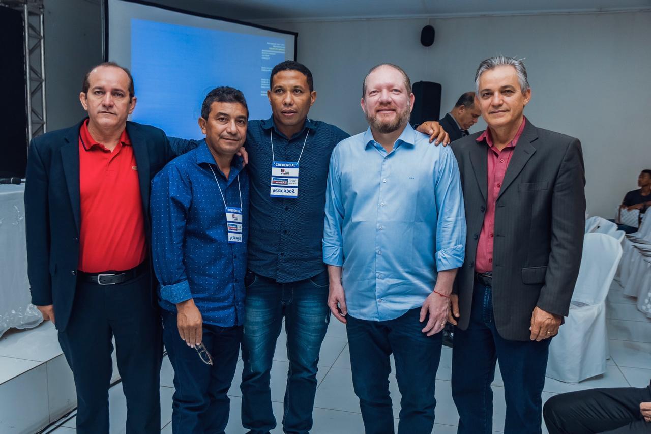 Othelino Neto com prefeitos, vereadores, entre outras lideranças da região do Médio Mearim, em Trizidela do Vale