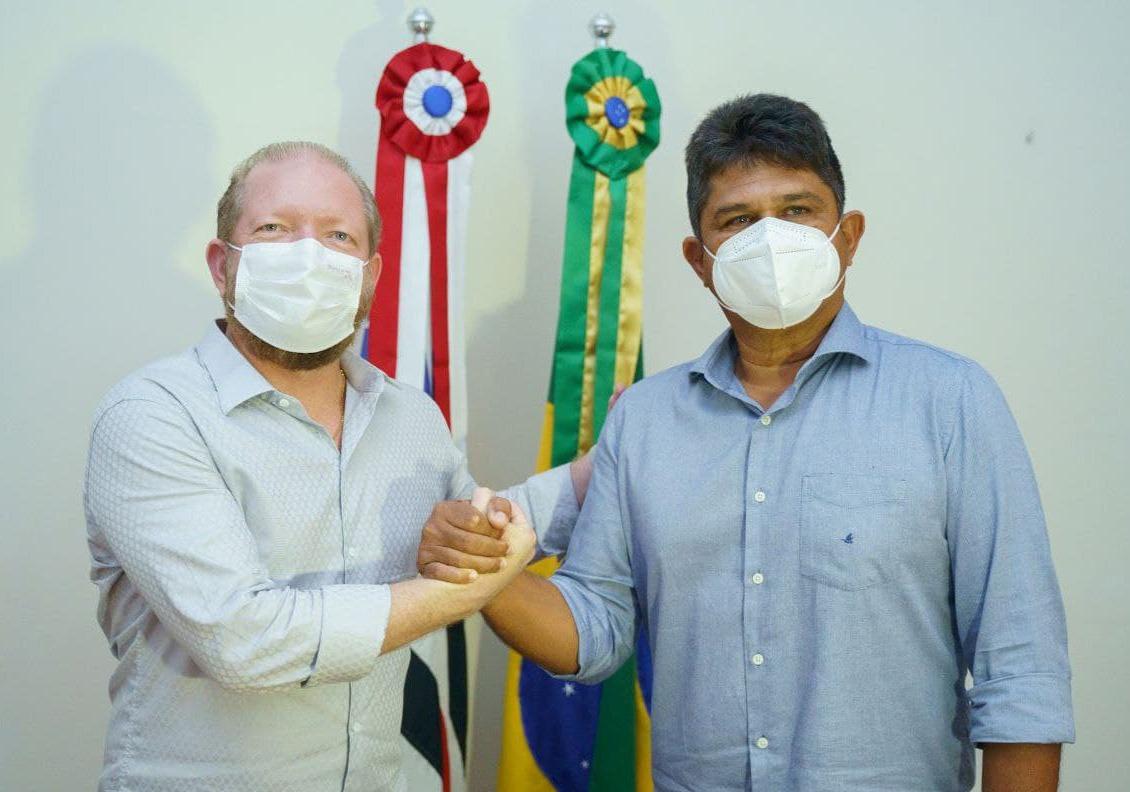 Othelino cumprimenta o prefeito de Duque Bacelar, Flávio Furtado, que agradeceu o seu apoio em viabilizar melhorias para o município