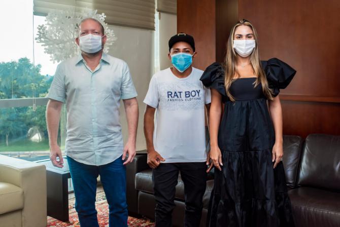 """Othelino e Ana Paula recebem cantor Elias Monkbel que viralizou na internet com música """"O Carpinteiro"""""""