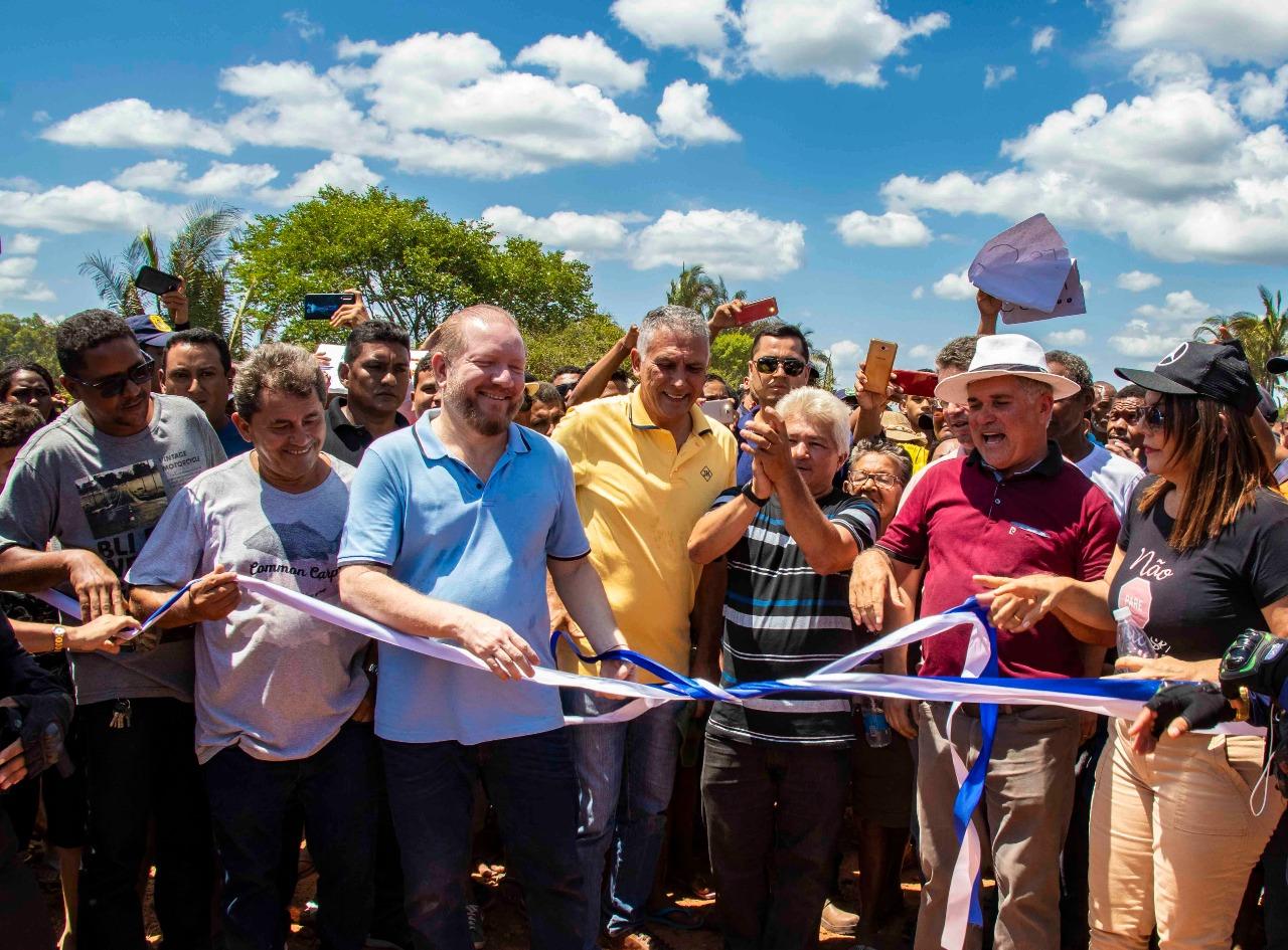 Ao lado do prefeito da cidade,  Carlinhos Barros, e de lideranças políticas da região, o deputado participou do corte da fita