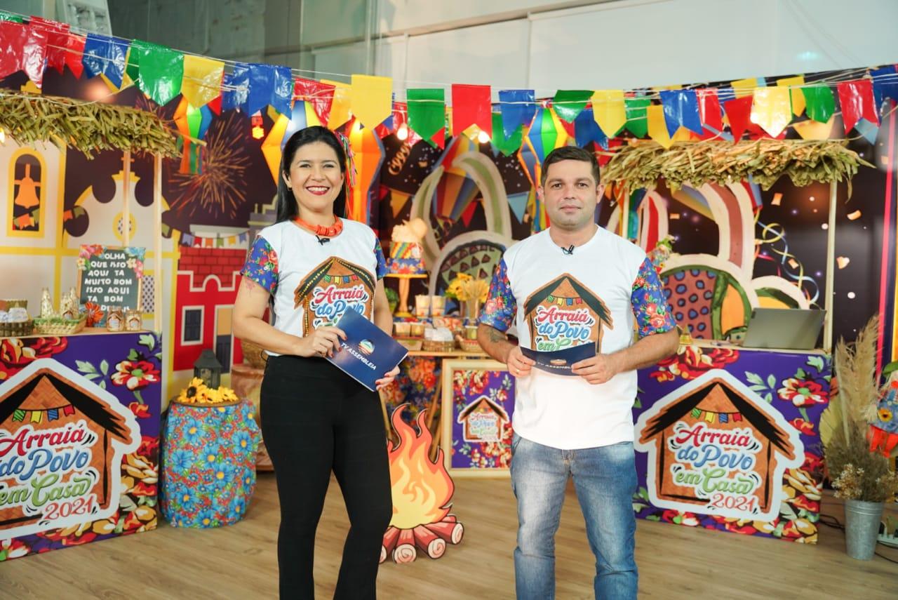 Ely Coelho e Ronald Segundo apresentaram as atrações direto do Complexo de Comunicação, onde foi montado um cenário junino