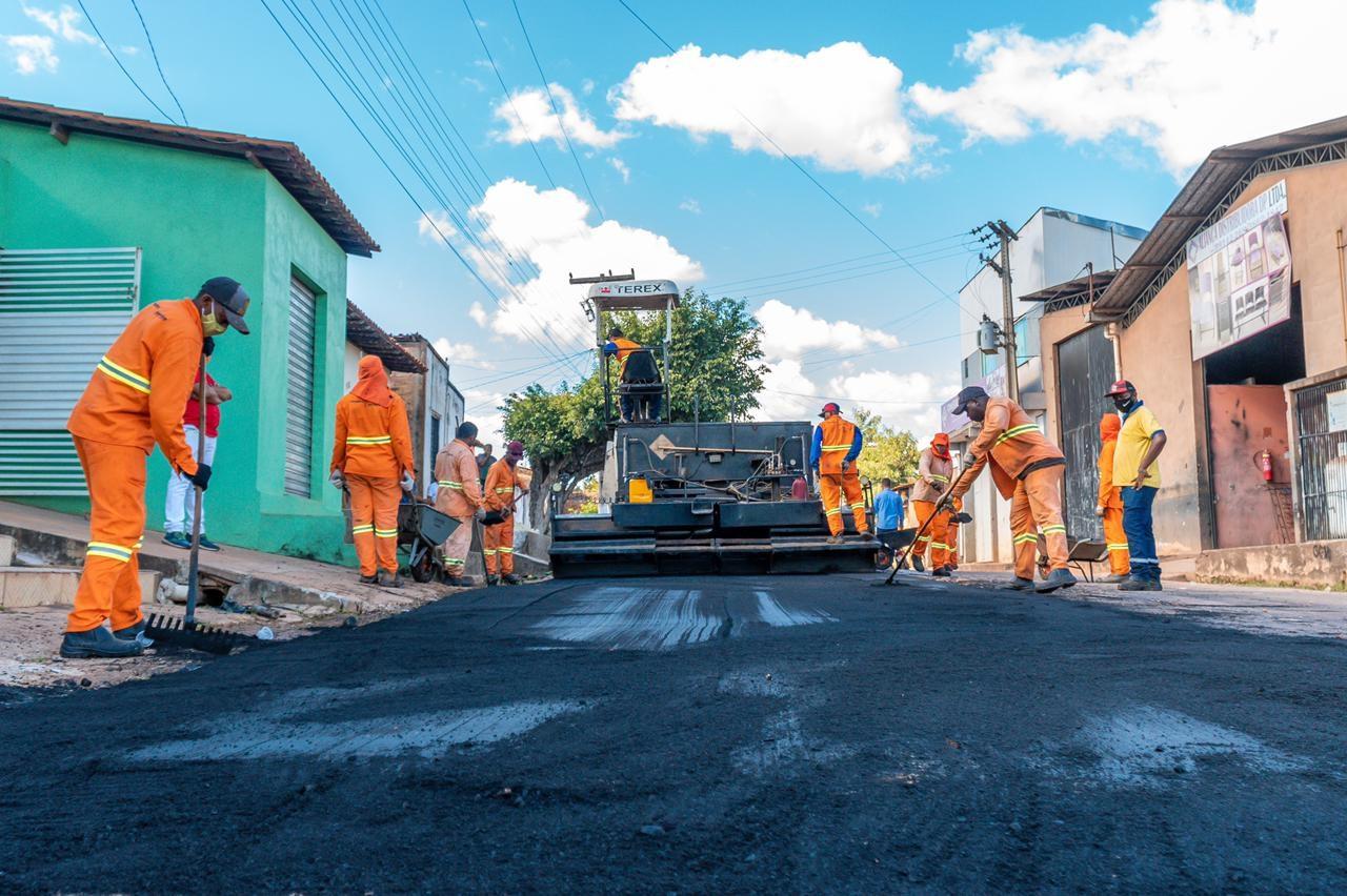 A  rua Santa Terezinha está sendo amplamente pavimentada para melhorar a trafegabilidade no local